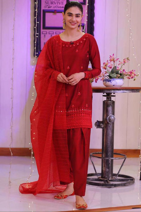 """Picture of Saheefa Jabbar Khattak is glowing in this red outfit """"Akss"""""""