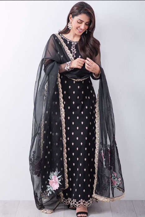 Picture of Our absolute fav Ayeza Khan dons Black Rosaline