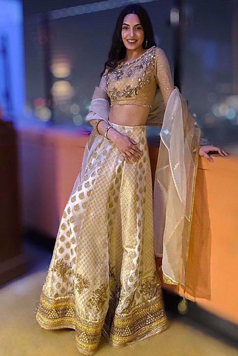 Picture of @MareehSafdar at her glamorous best in our formals ensemble, gold hand woven choli 'Mushq'